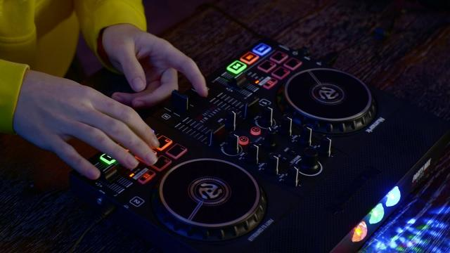 Numark Party Mix Live DJ Controller   Rock the Party with Built-In Speakers & Lights